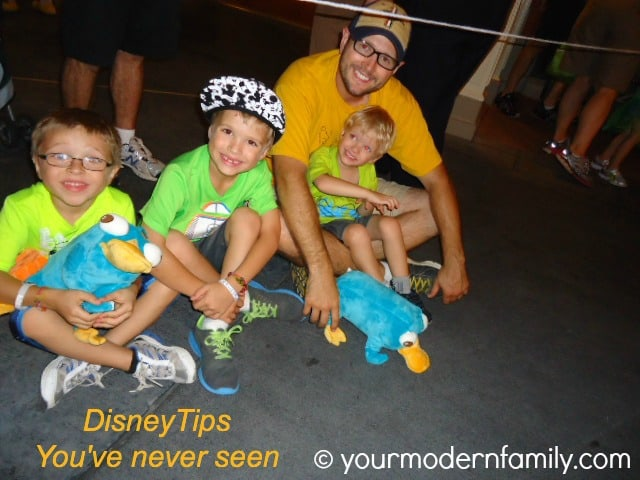 Disney tip - put your kids in bright colored clothing 3