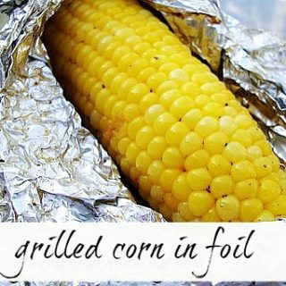 (Seasoned) Grilled corn on the cob in foil