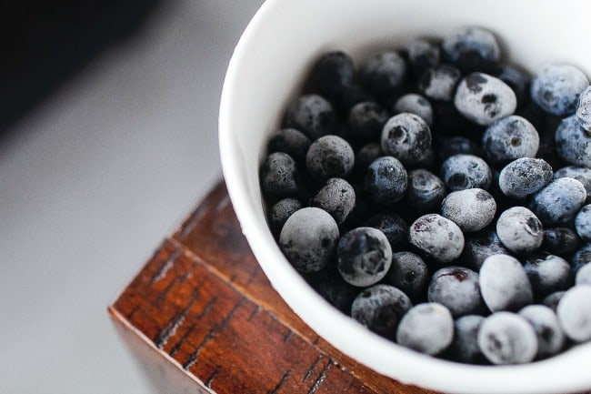 A close up of a bowl of blueberries.