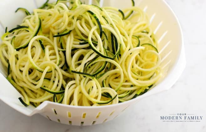 Vegan Asian Zucchini Noodles - perfect Raw Vegan or Paleo Meal! These Zoodles are great for dinner or lunch & the Asian sauce makes it so yummy! Easy plant-based diet recipe for everyone!